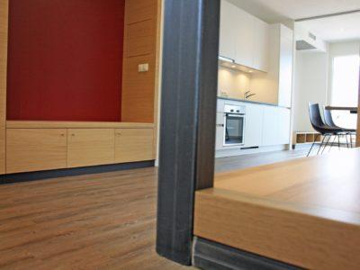 Blick vom Schlafbereich in die Küche